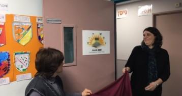 La Rabbanite Pevzner, fondatrice des Institutions Sinaï et Mme Sophie Bureau enseignante référente MDPH, dévoilant la plaque d'identification de la classe