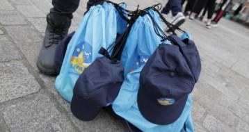 Les sacs cadeaux pour les enfants : casquette, carnet de jeux, fruits de Tou Bichvat...