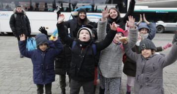 Un groupe d'enfants et d'animateurs heureux de commencer la journée