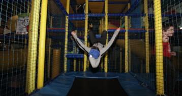 Les enfants s'amusent sur le trampoline du Lev Park