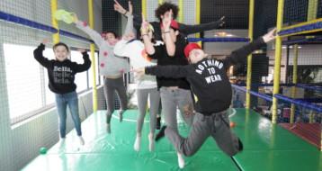 Le concours du saut le plus haut : des enfants ravis au Lev Park de Lev Tov