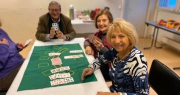 Atelier jeu de cartes pour les personnes âgées heureuses
